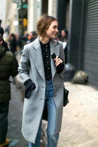 Comment porter: manteau gris, chemisier à manches longues noir, jean flare bleu clair, sac bandoulière en cuir noir