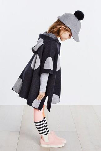 Comment porter: manteau gris foncé, bottes en daim roses, casquette de base-ball en laine grise, collants roses