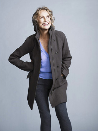 Tenue de Lauren Hutton: Manteau gris foncé, Cardigan violet clair, Leggings gris foncé