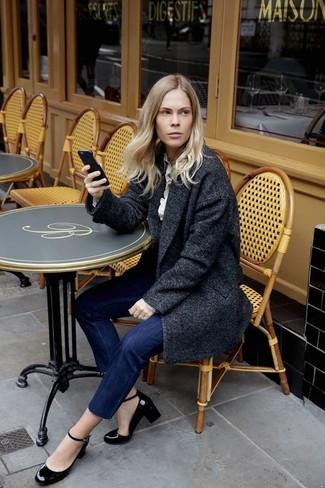 Comment porter: manteau gris foncé, chemise de ville blanche, jean bleu marine, escarpins en cuir noirs