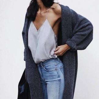 Comment porter un débardeur gris foncé: Pense à harmoniser un débardeur gris foncé avec un jean skinny bleu clair pour créer un look génial et idéal le week-end.