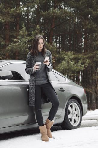 Comment porter: manteau en tricot gris foncé, pull à col rond gris foncé, jean skinny déchiré noir, bottes ugg marron clair