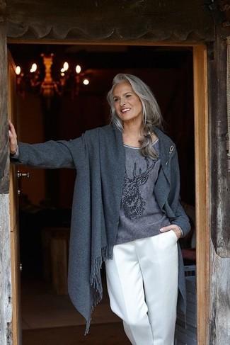 Comment porter: manteau gris foncé, pull à col rond imprimé gris foncé, pantalon large blanc, broche dorée