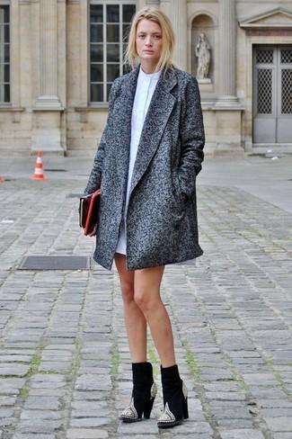 Comment porter: manteau gris foncé, robe chemise blanche, bottines en daim ornées noires