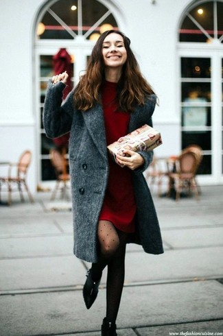 Comment porter: manteau gris foncé, robe-pull rouge, bottines en daim noires, collants á pois noirs