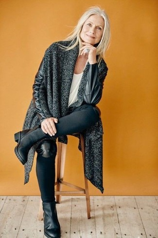 Comment porter: manteau en tricot gris foncé, t-shirt à col rond blanc, jean skinny noir, bottines en cuir noires