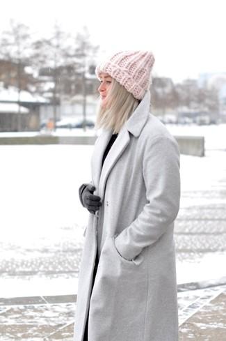 Comment porter: manteau gris, gants en laine gris foncé, bonnet rose