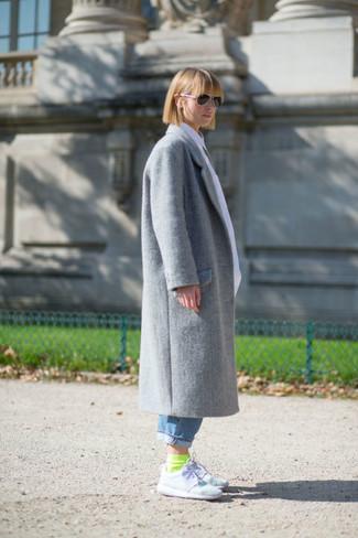 Comment porter: manteau gris, jean boyfriend bleu, chaussures de sport blanches, chaussettes chartreuses