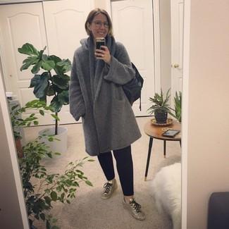 Comment porter: manteau gris, pantalon chino noir, baskets basses en cuir argentées, sac fourre-tout en cuir noir