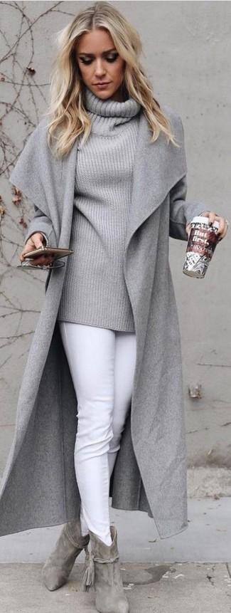 Comment porter: manteau gris, pull à col boule gris, jean skinny blanc, bottines en daim grises