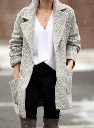 Comment porter: manteau à chevrons gris, pull à col en v blanc, jean skinny noir, cuissardes en daim grises
