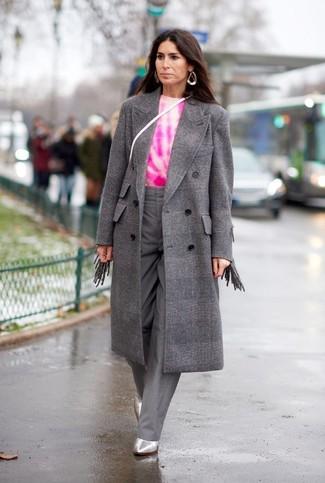 Comment porter des vêtements de dessus à carreaux: Essaie de marier des vêtements de dessus à carreaux avec un pantalon large gris pour un look élégant et soigné. Cet ensemble est parfait avec une paire de des bottines en cuir argentées.