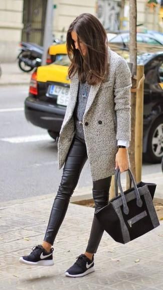 0cac8c115e3c2 Tenue  Manteau gris, Pull à col rond gris foncé, Leggings en cuir noirs,  Chaussures de sport noires et blanches   Mode femmes