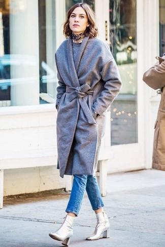 Tenue de Alexa Chung: Manteau gris, Pull à col rond gris, Jean skinny bleu, Bottines en cuir argentées