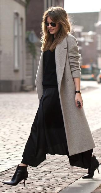 Comment porter: manteau gris, pull à col rond noir, jupe longue plissée noire, bottines en cuir noires