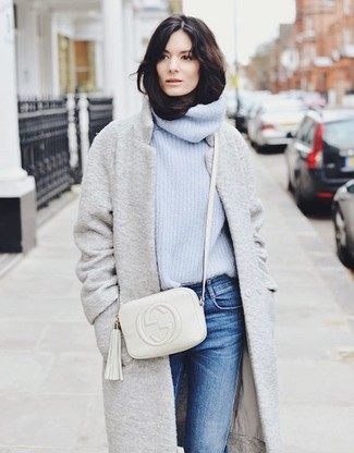 Comment porter: manteau gris, pull à col roulé en tricot bleu clair, jean bleu, sac bandoulière en cuir blanc