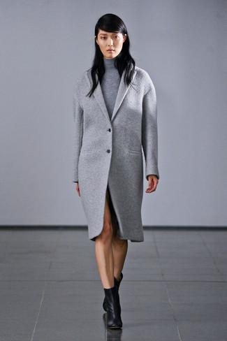 Un pull et un manteau gris sont appropriés à la fois pour les événements chic et décontractés et une tenue de tous les jours. Assortis ce look avec une paire de des bottines en cuir noires.