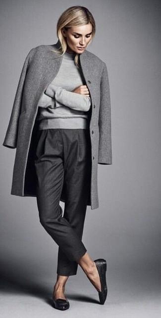 Tenue Manteau gris, Pull à col roulé gris, Pantalon de