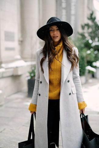 Comment porter: manteau gris, pull à col roulé en tricot moutarde, pantalon slim noir, chapeau en laine noir