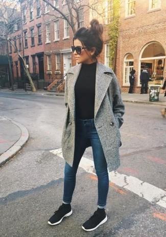 Comment porter: manteau gris, pull à col roulé noir, jean skinny bleu marine, chaussures de sport noires et blanches