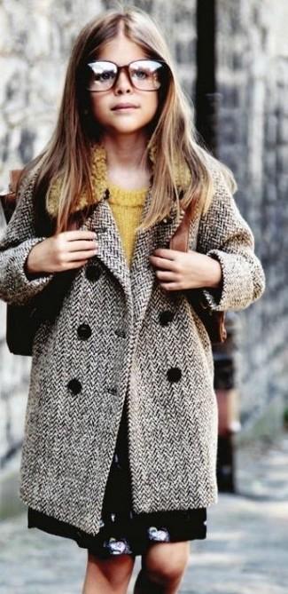 Comment porter: manteau gris, pull moutarde, jupe noire