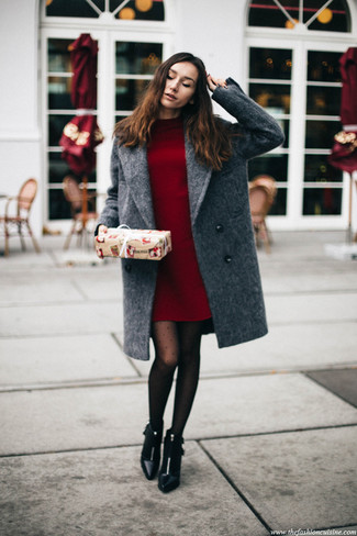 Comment porter: manteau gris, robe-pull bordeaux, bottines en cuir noires, collants á pois noirs