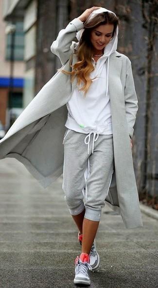 Les journées chargées nécessitent une tenue simple mais stylée, comme un manteau gris et un pantalon de jogging gris Tommy Hilfiger. Pourquoi ne pas ajouter une paire de des baskets montantes grises à l'ensemble pour une allure plus décontractée?