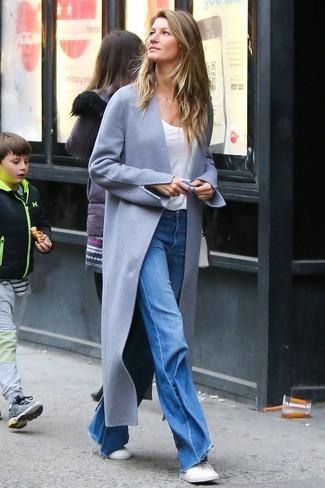 Comment porter: manteau gris, t-shirt à col rond blanc, jean flare bleu, baskets basses blanches