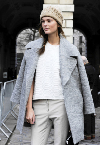 Manteau gris t shirt a col rond blanc pantalon slim gris bonnet beige large 1216