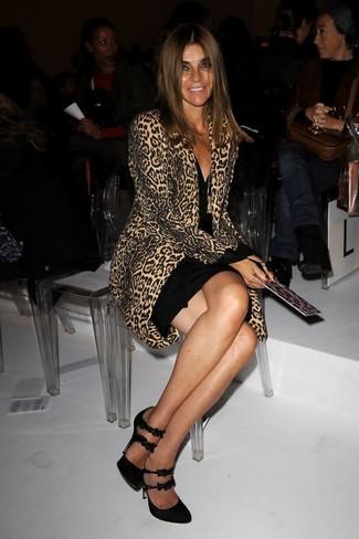 Comment s'habiller après 40 ans quand il fait frais: Harmonise un manteau imprimé léopard marron clair avec une robe moulante noire pour affronter sans effort les défis que la journée te réserve. Une paire de des escarpins en daim noirs est une option astucieux pour complèter cette tenue.