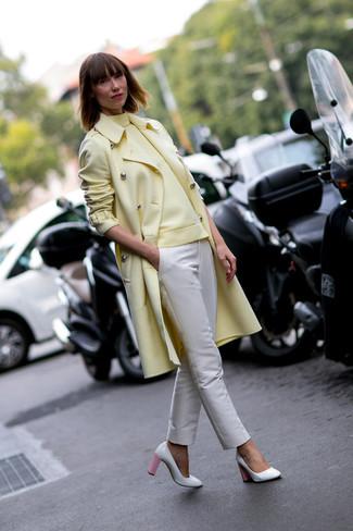 Tenue: Manteau jaune, Pull à col roulé jaune, Pantalon slim beige, Escarpins en cuir blanc et rose