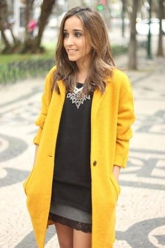 """L'association d'un manteau jaune et d'un collier argenté te démarquera de la masse sans trop être """"too much""""."""