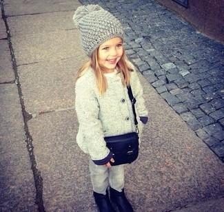 Comment porter: manteau gris, jean gris, bottes noires, sac noir