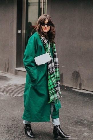 Comment porter: manteau vert, jean bleu clair, bottines en cuir noires, sac bandoulière en cuir blanc