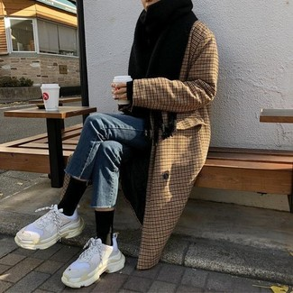 Comment porter: manteau à carreaux marron, jean bleu, chaussures de sport blanches, écharpe noire