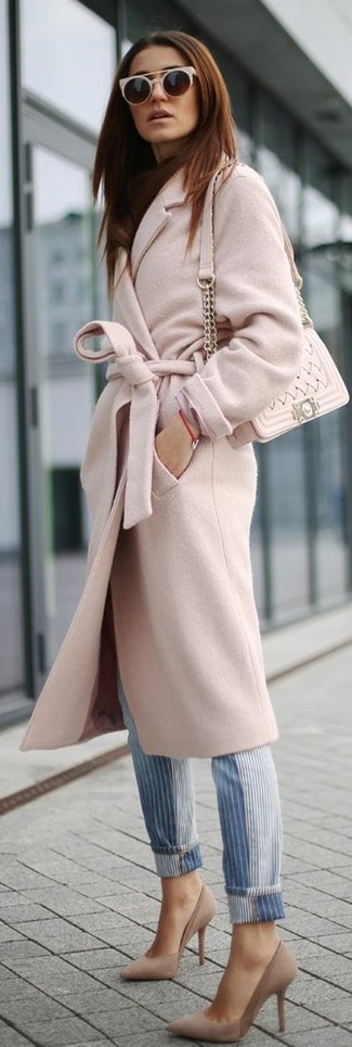 Comment porter: manteau rose, jean à rayures verticales bleu, escarpins en daim beiges, sac bandoulière en cuir matelassé beige