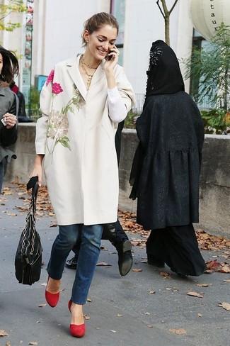 Comment porter: manteau brodé blanc, jean bleu marine, escarpins en daim rouges, sac fourre-tout en cuir noir