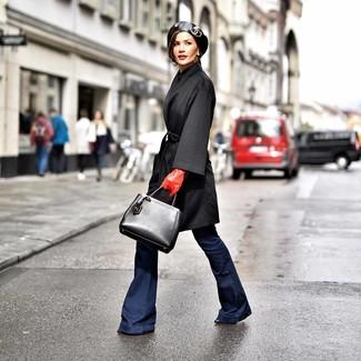 Comment porter: manteau noir, jean flare bleu marine, bottines en cuir noires, sac fourre-tout en cuir noir