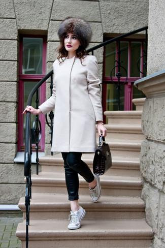 Comment porter un chapeau de fourrure: Choisis un manteau beige et un chapeau de fourrure pour un look confortable et décontracté. Termine ce look avec une paire de des baskets basses en toile blanches.