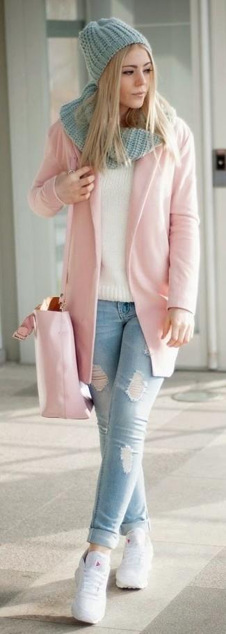 Comment porter: manteau rose, jean skinny déchiré bleu clair, baskets basses en cuir blanches, sac fourre-tout en cuir rose