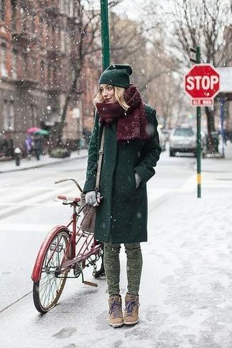 Pense à marier un manteau vert foncé avec un jean skinny camouflage vert et tu auras l'air d'une vraie poupée. Pour les chaussures, fais un choix décontracté avec une paire de des baskets compensées en daim brunes claires.