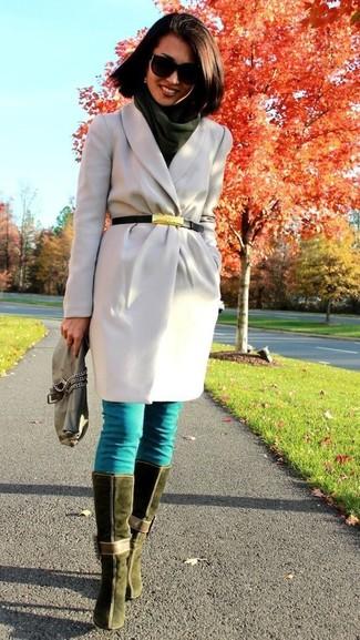 Harmonise un manteau gris avec une pochette en cuir olive si tu recherches un look stylé et soigné. Jouez la carte décontractée pour les chaussures et termine ce look avec une paire de des bottes hauteur genou en daim olive.
