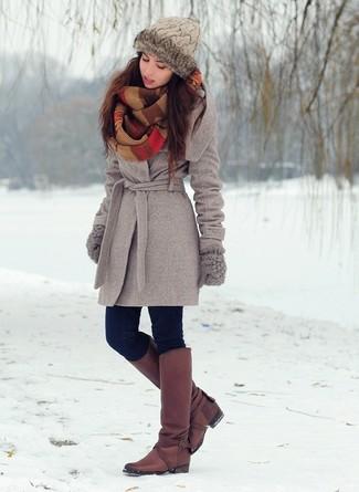 Comment porter: manteau gris, jean skinny bleu marine, bottes hauteur genou en cuir bordeaux, gants en laine gris