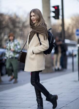 Comment porter: manteau beige, jean skinny en cuir noir, bottes mi-mollet en cuir noires, sac à dos en cuir noir