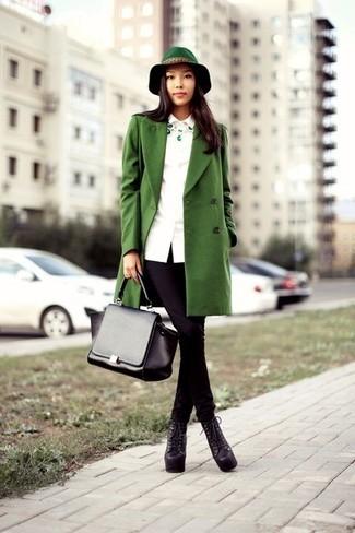 Comment porter: manteau vert, jean skinny noir, bottines à lacets en cuir épaisses noires, cartable en cuir noir