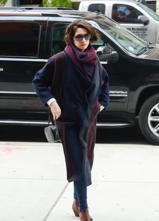 Comment porter: manteau bleu marine, jean skinny bleu marine, bottines chelsea en cuir marron, sac bandoulière en cuir noir