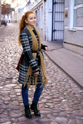 11416ab4dd0d Comment porter  manteau écossais noir et blanc, jean skinny bleu, bottines  en cuir Écharpe en tricot moutarde ...