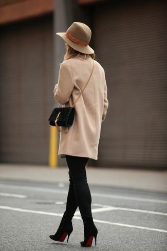 Comment porter: manteau marron clair, jean skinny noir, bottines en daim noires, sac bandoulière en daim noir