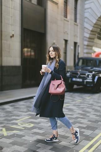 Comment porter: manteau noir, jean skinny bleu clair, chaussures de sport bleu marine, cartable en cuir rouge