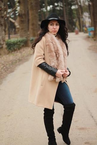 Comment porter: manteau marron clair, jean skinny bleu marine, cuissardes en daim noires, chapeau en laine noir